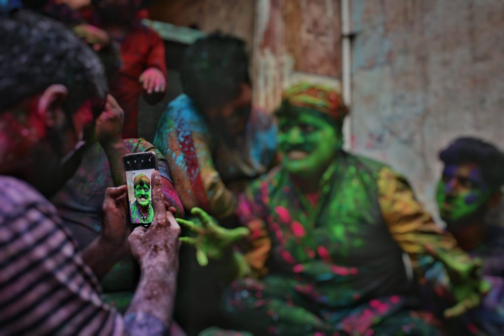 8 Tips To Remove Holi Stains From Your Gadgets